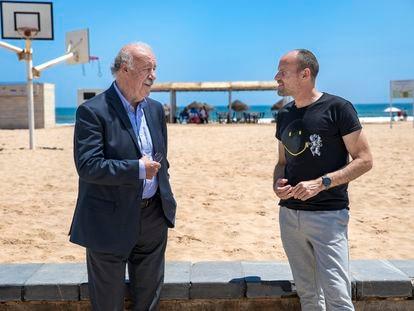Charla entre Del Bosque y Mateu Lahoz en la Playa de la Patacona de Valencia.