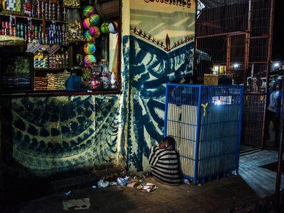 Omar duerme en la estación de San Louis. Se ha escapado de la escuela coránica donde le obligaban a la mendicidad y lleva una semana en la calle.