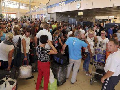 Turistas esperan a facturar en el aeropuerto de Sharm el Sheij (Egipto).