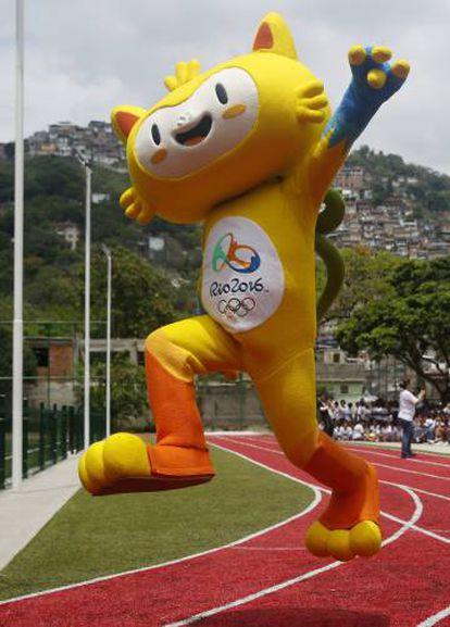Vinicius, la mascota de los Juegos Olímpicos de Río 2016, estrenó la pista en la que tendrán lugar varias pruebas de atletismo.