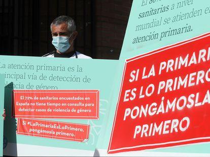 Concentración a la entrada del Centro de Salud Daroca, en Madrid, para protestar por la situación de la atencion primaria en abril de 2021.