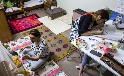 Azin y Ameneh trabajan en el diseño de alfombras en la habitación de la primera.