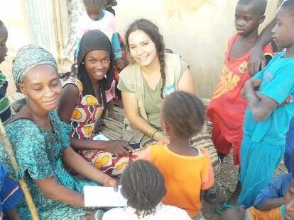 Una de las claves que convierte el hambre de un niño primero en enfermedad es precisamente la falta de diagnóstico. En la foto, Laura Medialdea en su trabajo de campo en Senegal.