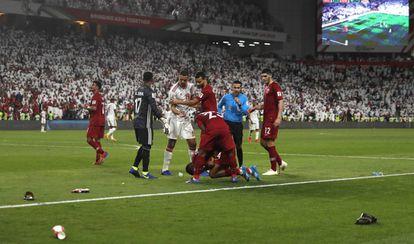 El catarí Salem Al Hajri, en el suelo tras el lanzamiento de sandalias y botellas por el público emiratí en la semifinal.