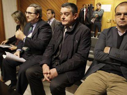 Manuel Añón, en el centro, ayer durante el juicio.