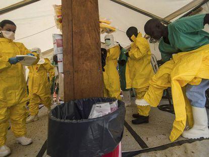 Equipos de Médicos sin Fronteras se preparan para trabajar.