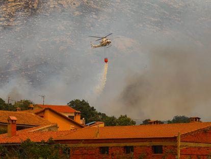 Los servicios de emergencias acúan en Navalmoral de la Sierra (Ávila), este lunes.