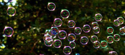 Al soplar delicadamente la película de jabón, si conseguimos que se forme la burbuja, poco a poco se vuelve redonda.