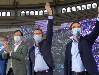 Alberto Nuñez Feijóo, al comienzo de un mitin junto al líder del PP, Pablo Casado, y el expresidente del Gobierno Mariano Rajoy este sábado en Vigo.