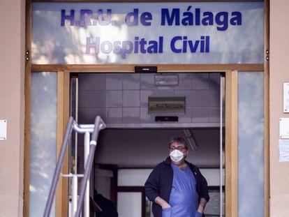 Vista de la entrada de urgencias del Hospital Civil de Málaga, donde dos pacientes han sido aislados al presentar un cuadro gripal tras haber viajado al norte de Italia.