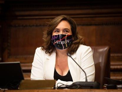 La alcaldesa de Barcelona, Ada Colau, con una mascarilla en defensa del movimiento LGTBI
