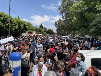 Médicos del sector privado protestan afuera de la Escuela Médico Naval, en Ciudad de México.