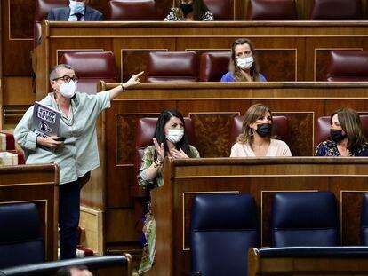 La diputada de ERC María Dantas protesta ante la presidencia tras un encontronazo con Macarena Olona (primera por la izquierda) y otras miembros de Vox, este martes en el Congreso.