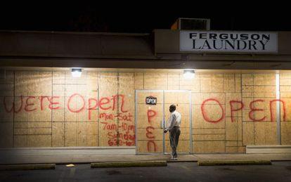 Las tiendas en Ferguson han protegido sus fachadas por miedo a altercados.