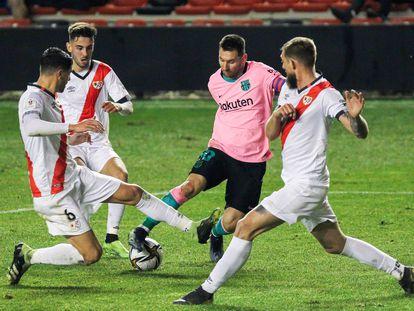 Messi, rodeado de rivales del Rayo Vallecano.