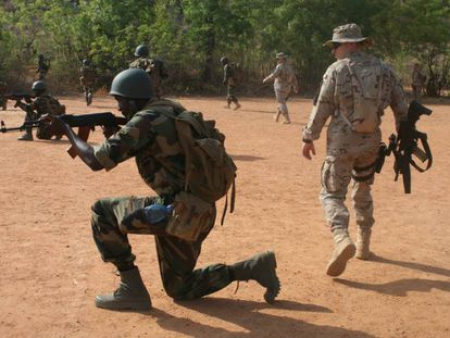 Entrenamiento de soldados malienses por militares españoles del Mando de Operaciones Especiales, en la Escuela Militar de Koulikoró.