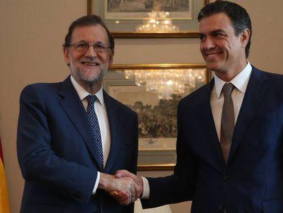 Reunión de Mariano Rajoy y Pedro Sánchez, este lunes, en el Congreso.