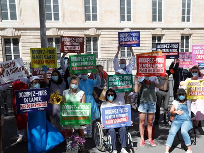 Manifestantes del grupo conservador Manif pour Tous protestan ante la Asamblea Nacional francesa contra la ley de bioética aprobada en la noche del viernes.