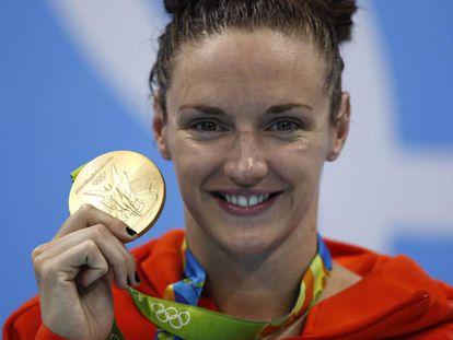 Katinka Hosszu enseña su medalla de oro de 200 estilos.