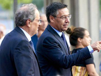 Quim Torra y Josep Bartomeu conversan en el Camp Nou.