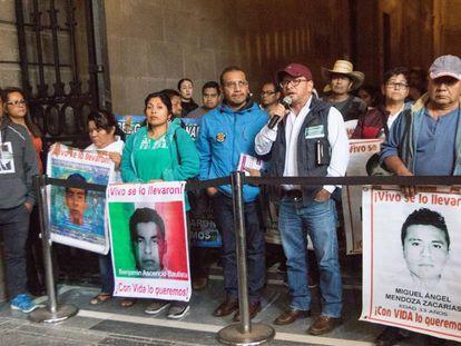Familiares de los 43 estudiantes de Ayotzinapa en el Palacio nacional de México.