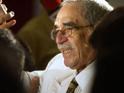 El escritor colombiano Gabriel García Márquez, rodeado de periodistas en Monterrey (México), en 2002