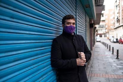 Jesús Santos, teniente alcalde de Alcorcón, en una de las primeras calles que le encargaron barrer cuando trabajaba como barrendero.