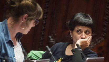 Las diputadas de la CUP Mireia Vehí y Anna Gabriel ayer en el Parlament.