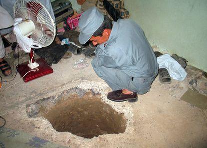 Uno de los extremos del túnel por el que han escapado más de 450 prisioneros de una cárcel de Kandahar.