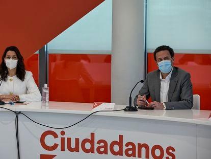 El que fuera candidato de Ciudadanos a la presidencia de la Comunidad de Madrid, Edmundo Bal, y la presidenta de Ciudadanos, Inés Arrimadas, durante una rueda de prensa, el pasado 5 de mayo, en Madrid (España).