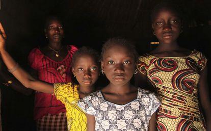 Una mujer y sus hijas en su casa en la localidad de Cambadju, en la región de Bafata (Guinea Bisau).El pueblo fue el primero en el país que renunció a practicar la ablación genital.
