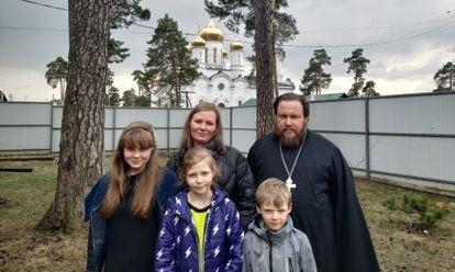 El padre Oleg Leonov junto a su esposa, Olga, y tres de sus cuatro hijos en su casa de Kozelsk.