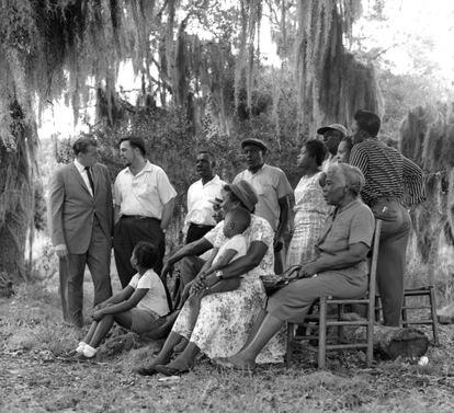 Alan Lomax (segundo por la izquierda), con músicos de St. Simons Island (Georgia), en 1962.