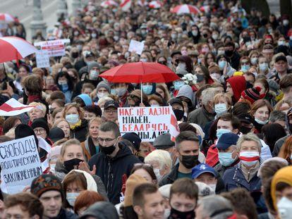 Estudiantes y pensionistas protestan contra Lukashenko este lunes en Minsk.