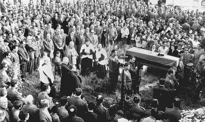 Fotografía tomada el 7 de junio de 1968, en Malpica (La Coruña), del entierro del agente de la Guardia Civil, José Antonio Pardines Arcay, primera persona asesinada por ETA.