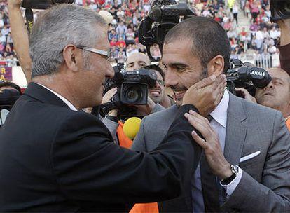 Guardiola y Manzano se saludan antes del inicio del partido Mallorca - F.C. Barcelona.