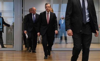 El presidente del BCE, Mario Draghi, (derecha) y el vicepresidente, Luis de Guindos, el 12 de septiembre en Fráncfort (Alemania).