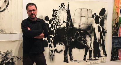 El artista Abraham Lacalle, junto a algunas de las obras expuestas.