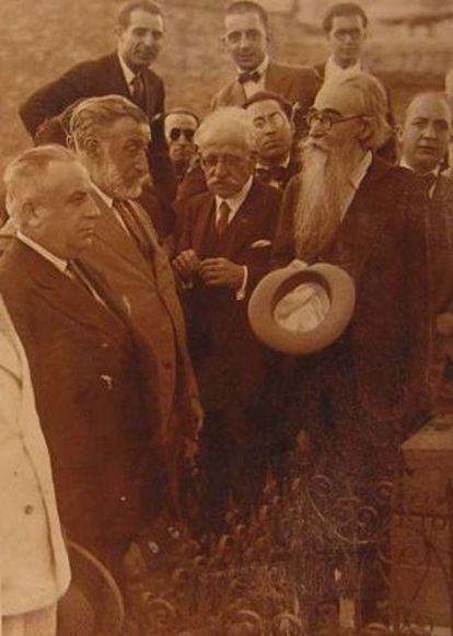 Valle-Inclán como presidente del Ateneo, junto con otros miembros de la directiva.