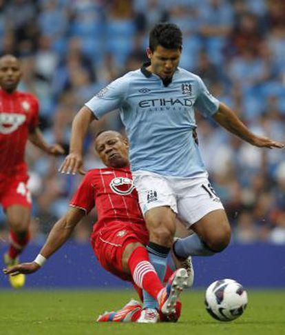 Agüero trata de eludir a Clyne, del Southampton.