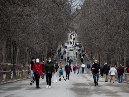 Paseantes en el primer día de apertura del parque del Retiro, que llevaba un mes cerrado desde el temporal 'Filomena'.
