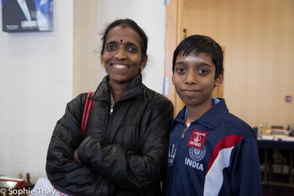 Praggnanandhaa, junto a su madre, Nagalakshmi, el pasado enero durante el torneo de Gibraltar