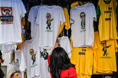 Vista de camisetas con imágenes del candidato presidencial por el Partido Social Liberal (PSL), en el centro de São Paulo, Brasil.