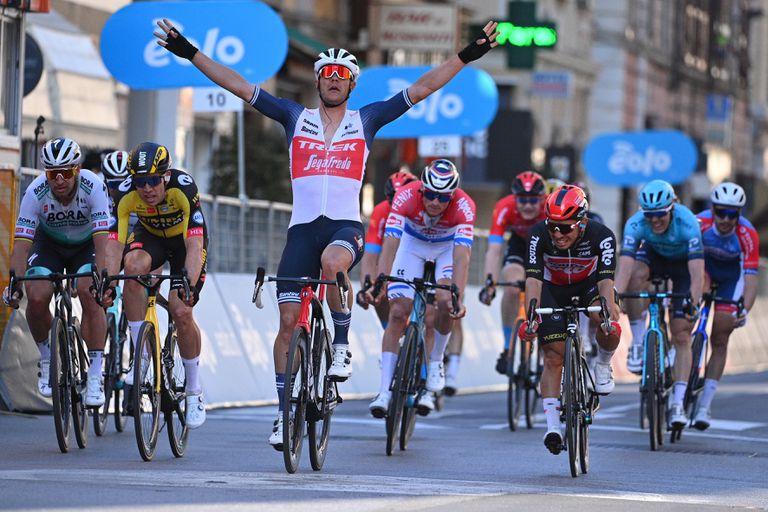 Stuyven levanta los brazos, vencedor en Vía Roma.
