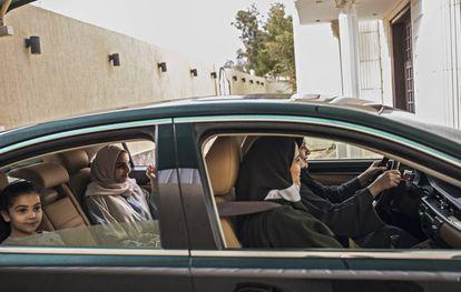 Razaz Reda y sus hijas Zahar, de 7 años, y Razan, de 18, con la abuela, Wafaa, al volante.