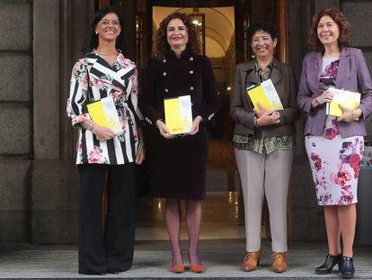 FOTO: María Jesús Montero, Pilar Paneque, María José Gualda e Inés Bardón. / VÍDEO: Declaraciones de la ministra de Economía, Nadia Calviño, este lunes, sobre los Presupuestos.