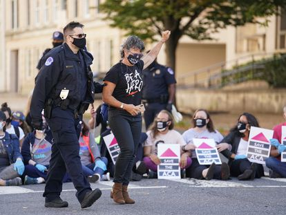 Una detenida durante una protesta contra la nominación de la juez Amy Coney Barrett, en Washington, el 15 de octubre.