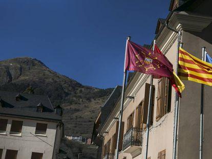 Banderas ante el edificio del Gobierno de la comarca de Arán en Vielha, Lleida.
