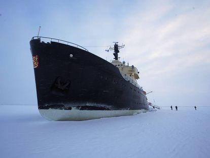 El rompehielos turístico finlandés 'Sampo', anclado en el hielo Ártico.