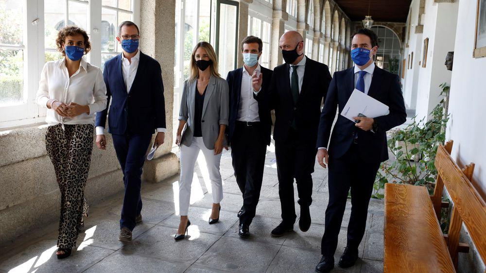 El líder del PP, Pablo Casado, en el centro, rodeado de los distintos portavoces parlamentarios del partido el 22 de julio en El Escorial.